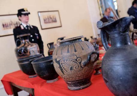 vasi romani confiscati reperti etruschi e romani piemonte ansa it