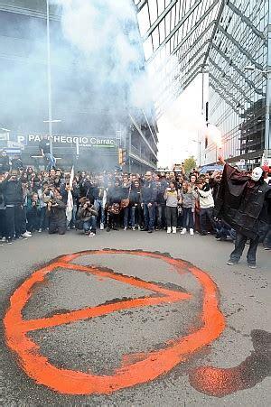 unicredit bologna sede centrale studenti in piazza contro la crisi tafferugli a a