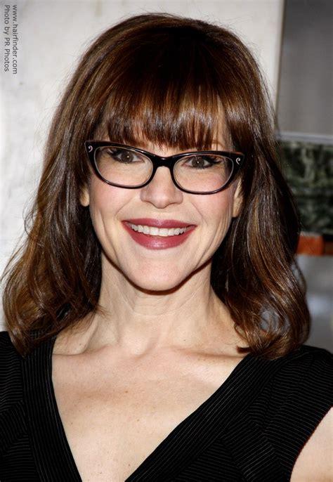 lisa loeb wearing glasses    hair   long bob
