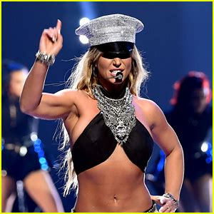 britney spears to receive fragrance of the year award at