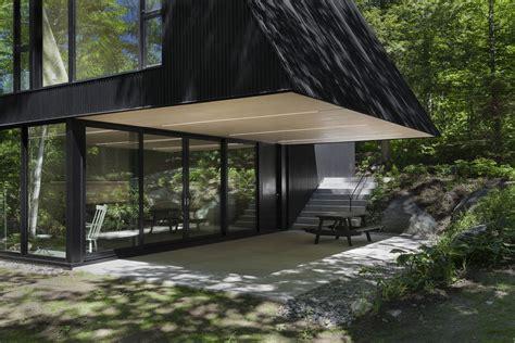 Maison En Pleine Foret by Cette Maison Au Toit Triangulaire Offre Un R 233 El Design