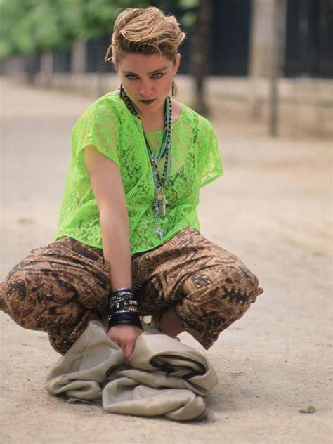 Rebell 2 In 1 Batik lihat gaya madonna kenakan batik saat pemotretan di era 80