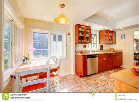 cuisine ensoleill馥 cuisine en bois de cerise avec du charme avec le plancher