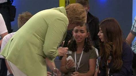 procura consolare angela merkel faz menina refugiada chorar jornal o sul