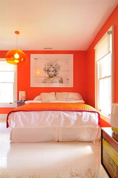 i love the color in this bedroom the bold red accent wall estimula tu decoraci 243 n con el color naranja decoraci 243 n