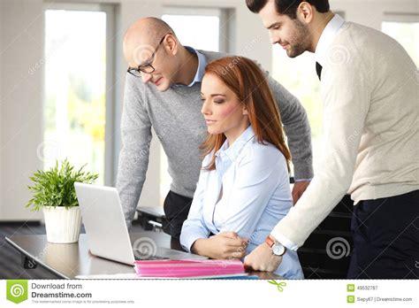 equipe bureau travail d 233 quipe au bureau image stock image du bureau