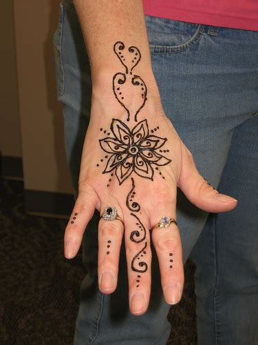 henna tattoo op hand temporary henna flower tattoos