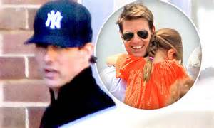 Tom Cruise Attacks Nyc Hollyscoop by Tom Cruise To Buy Home In New York So He Can Spend Time