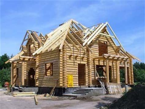 costruzioni dalla casa costruzione della casa in legno a un piano con un soppalco