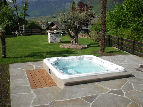 vasche idromassaggio da giardino idee giardino design mobili vasca idromassaggio da esterno