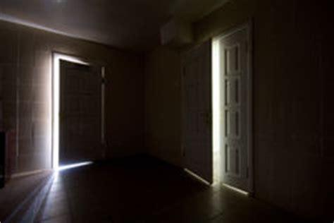 Kleiner Dunkler Raum raum mit einem ausgang stockbilder bild 16329734