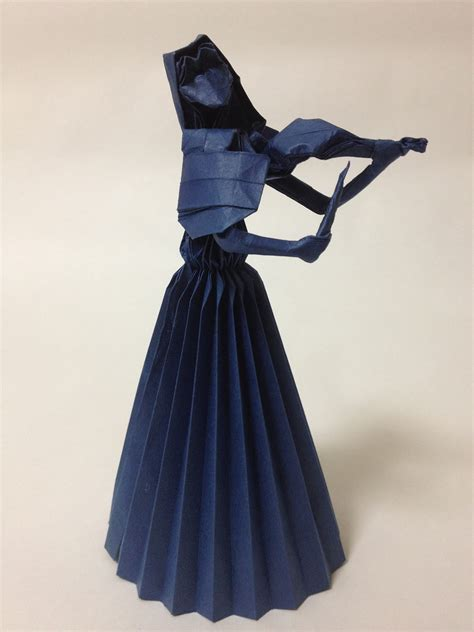 Origami Violinist - take a minuet to look at this amazing themed origami