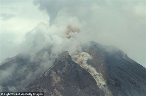 batik air gunung agung bali s mount agung could erupt as magma rises to surface