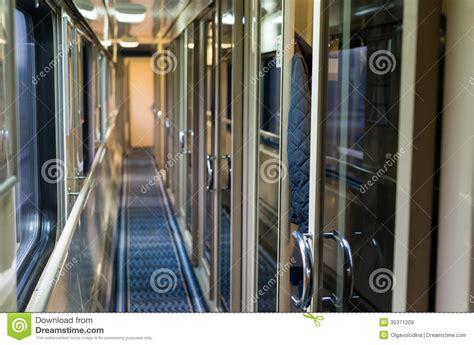treno vagone letto corridoio ai treni vagone letto immagine stock