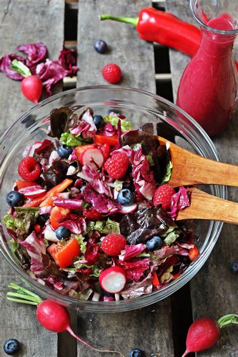 roter stuhl durch rote beete roter salat und blaubeerbalsam aus dem zapfhahn
