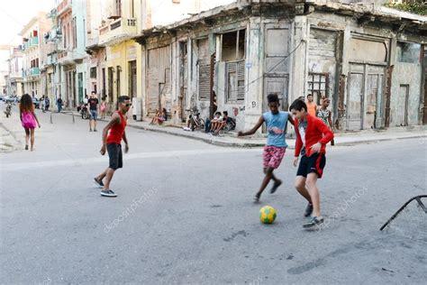Imagenes De Niños Jugando Futbol En La Calle | ni 241 os jugando al f 250 tbol en la calle foto editorial de