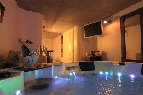hotel avec piscine priv馥 dans la chambre week end romantique 12 chambres avec priv 233