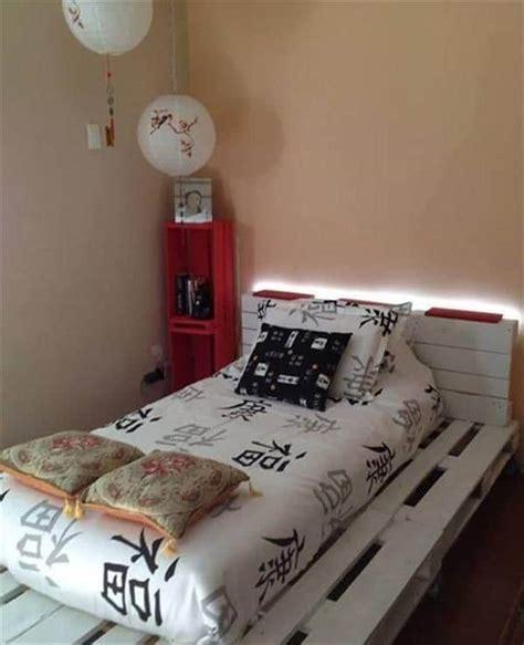 lit en palette de bois avec lumiere myqto