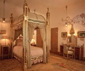 Donald Trump Bedroom by Inside Donald Trump S Golden 58 Bedroom Mar A Lago Palm