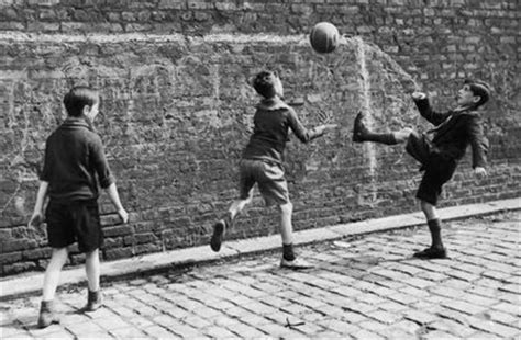 imagenes de niños jugando futbol en la calle ni 241 os jugando en la calle historia del real betis