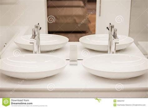 bagno con due lavandini bagno di lusso con due lavandini e specchi immagine stock