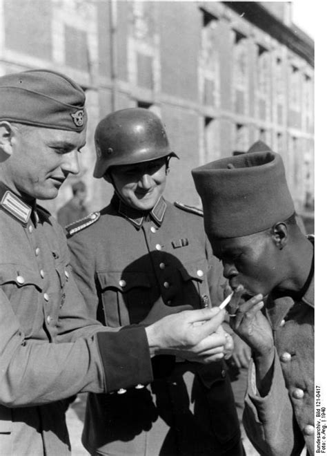 German soldiers sharing a smoke with a french prisoner