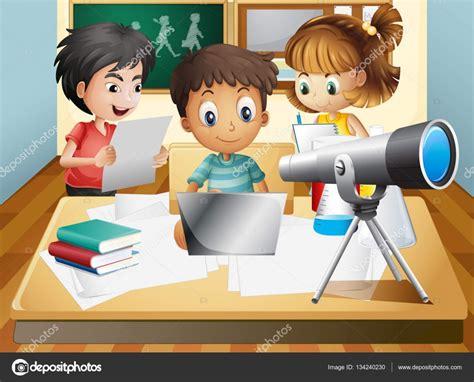 imagenes niños trabajando en la escuela tres ni 241 os trabajando en grupo en la escuela archivo