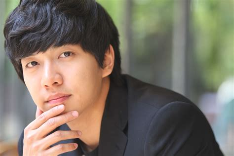 lee seung gi manager lee seung gi presents his classmates and professors with a