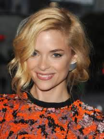 jaime king wavy bob hairstyle with curls hairstyles weekly