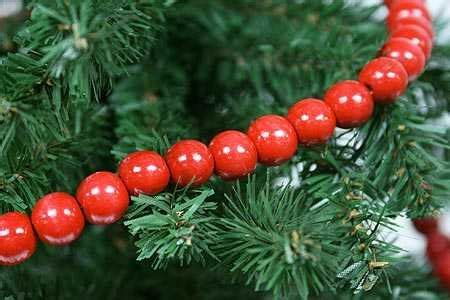 wood cranbery beads for christmas trees primitive tree decorating ideas