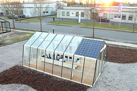Backyard Solar Panels by Solar Powered Aquaponic Greenhouses Grow Up To 880 Lbs Of