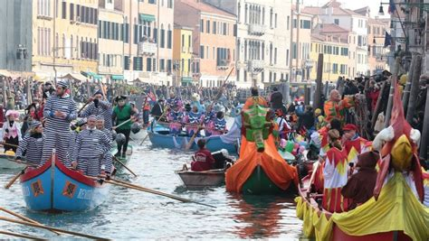 famous venice carnival   crowded  enjoy