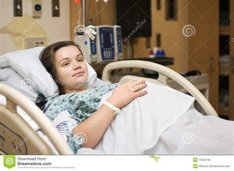 wann im krankenhaus anmelden schwangerschaft schwangere frau im krankenhaus lizenzfreies stockfoto