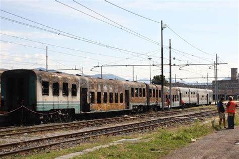 carrozze ferroviarie italiane treno incendiato