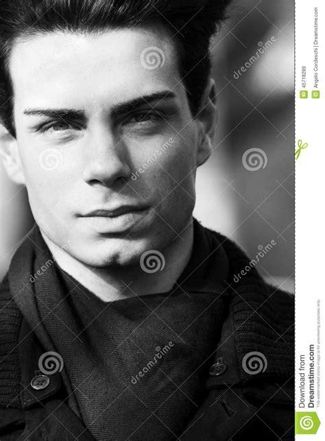 imagenes de jovenes a blanco y negro retrato cercano de un hombre joven hermoso blanco y