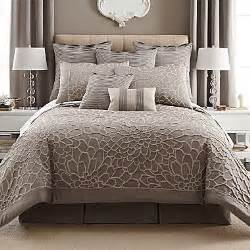 what color comforter goes with green walls