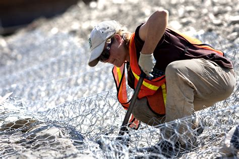 file construction worker 5301846579 jpg wikimedia commons