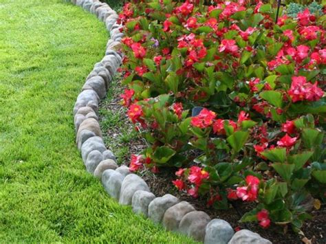 Flower Bed Edging by Back Yard Flower Bed Edging Idea 1 Raised Flowerbed