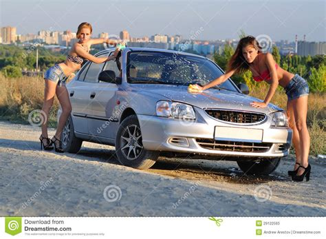 Frauen Waschen Auto by Two Washing Car Stock Photos Image 29122593