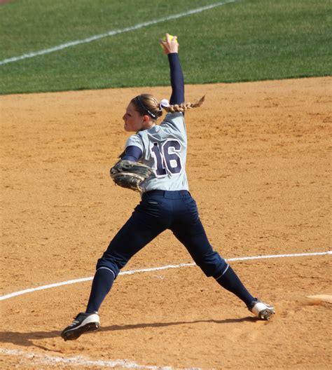 pit cing pitching in softball