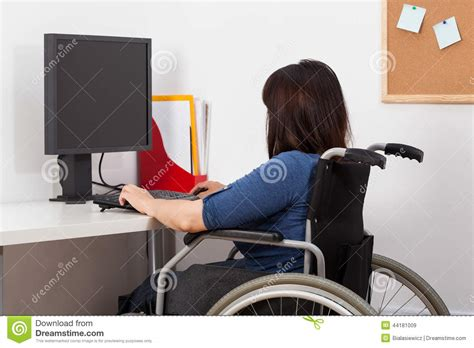 l amour dans le bureau femme sur le fauteuil roulant fonctionnant dans le bureau