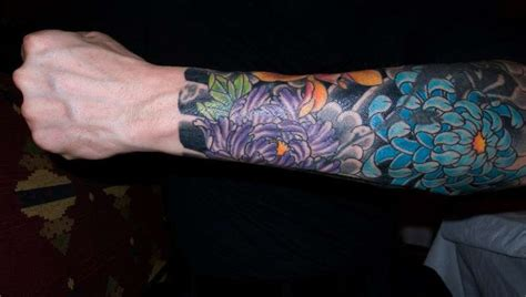 braccio fiori tatuaggi fiori uomo foto qnm