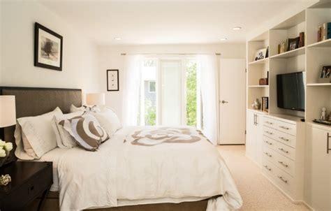 kleines schlafzimmer großes bett kleines schlafzimmer mit gro 223 er fensterfront einrichten