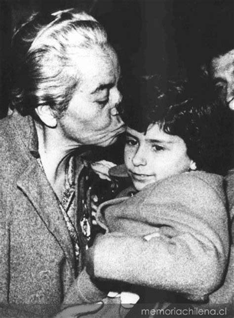 Gabriela Mistral con los niños, hacia 1954 - Memoria