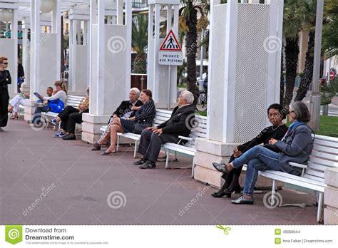 schließfach bei der bank leute auf der bank bei promenade des anglais nizza