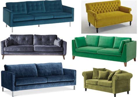 blaues samtsofa stellen sie das sofa an den tisch