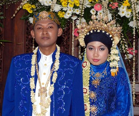 indonesian wedding bride and groom at indonesian wedding reception photo