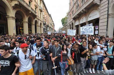 banche a bologna foto 5ott studenti in piazza contro la crisi e le banche