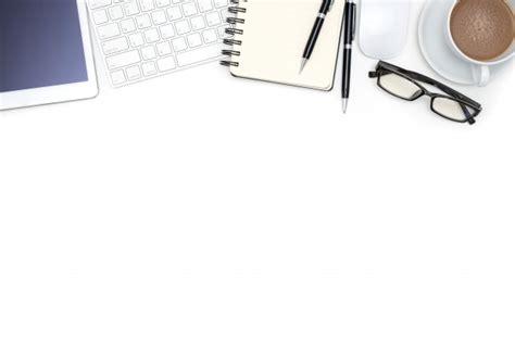 fournitures de bureau avec tablette d ordinateur sur un