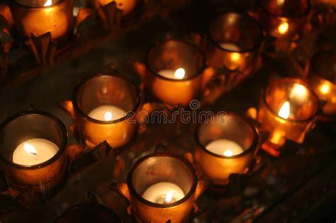 preghiera della candela candele di preghiera in una cattedrale immagine stock
